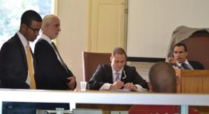Advogados de Defesa, Promotor e juiz; diante deles, o réu, acusado de homicídio tentado qualificado.