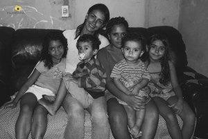 Valéria com cinco dos seis filhos, Um deles estava na casa da avó e não aparece na foto.