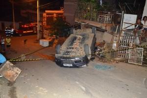 Após perder o controle do veículo, condutor não conseguiu acionar o freio e subiu