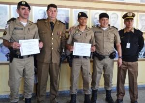 Policiais homenageados como destaque profissional.