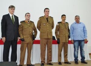 Tenente coronel Sérvio Túlio Mariano Salazar, Prefeito Nailton Heringer e presidente da Câmara, Jorge do Ibéria, posam ao lado de policiais agraciados com medalha Alferes Tiradentes.