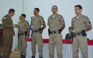 Comandante do 11º BPM entrega certificado ao sargento Macmiller.