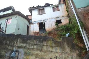 Situação de abandono do imóvel preocupa moradores próximos, que temem queda.