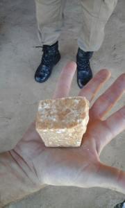 Dentro do congelador, uma pedra grande da droga foi encontrada, estima-se que quando fragmentada daria 530 porções para venda.