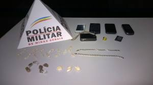 Aparelhos eletrônicos e drogas localizadas na residência do casal.