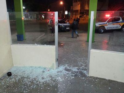 Uma das portas de vidro, recém colocadas pela Prefeitura, foi quebrada.