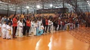 Equipes participantes durante a execução do hino nacional.