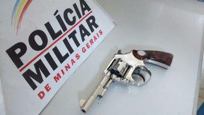 Policiais apreenderam revólver calibre 22.