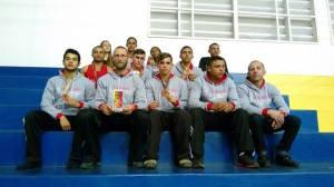 Atletas de Manhumirim junto aos treinadores.