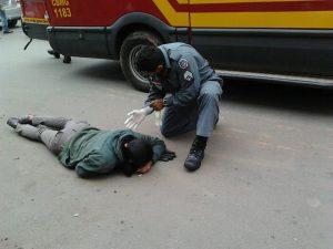 Momento do resgate da motociclista.
