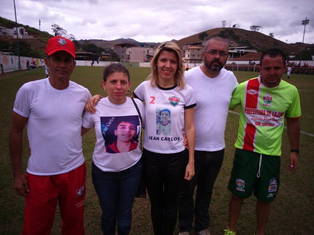 Organizadores, mãe e tia do pequeno jogador homenageado. (Crédito: Fabiano Feijão)