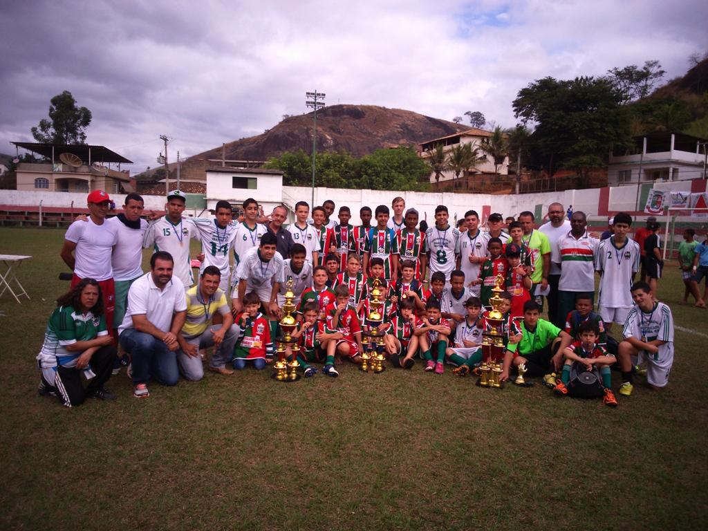 Campeões das categorias Sub-11, Sub-13 e Sub-15, juntamente com os organizadores do evento. (Crédito: Fabiano Feijão)