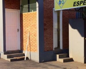 Após chegaram no estabelecimento e trancarem o vigia no banheiro, bandidos arrombaram escritório.