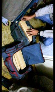 Momento da localização da droga; duas bolsas contendo 23 barras de maconha.