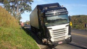 Apesar de condutor frear, carreta acabou colhendo veículo, que foi lançado em uma ribanceira.