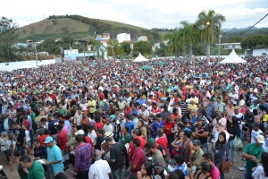 Multidão lota o parque de exposição de Manhuaçu