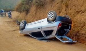 Veículo capotou por diversas vezes e parou com as rodas para cima.