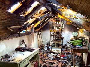 Parte do telhado foi destruído pelas chamas.
