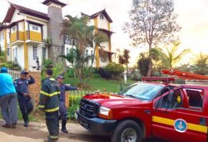 Corpo de Bombeiros, com a ajuda de moradores, fizeram o combate às chamas do hotel e nos terrenos próximos.