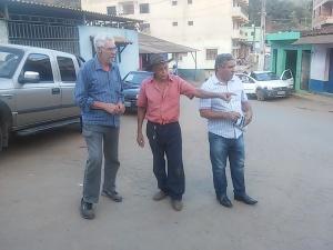 Presidente da Associação de Moradores, José Cardoso, fala ao vereador e ao presidente do COAMMA sobre problemas enfrentados no bairro.