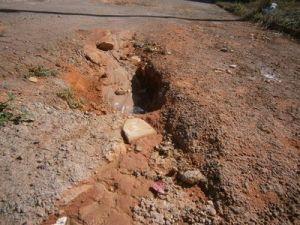 Moradores pedem operação tapa-buracos na rua.