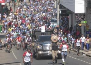 Organizadores guiam ciclistas pelas ruas da cidade.
