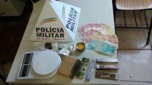 R$ 420, uma balança de precisão e mais 330 gramas de maconha foram apreendidos pela PM.