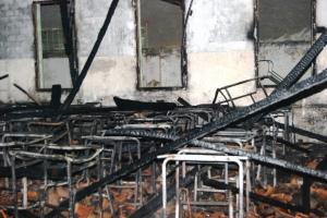 Das salas atingidas não restou nada. Carteiras, cadeiras, armários, teto, tudo foi consumido pelo fogo