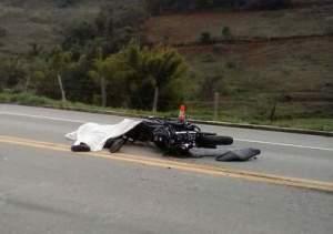 Corpo das vítimas estavam ao lado dos veículos, impacto da colisão foi grande.