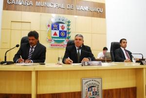 Ao centro da mesa diretora, presidente Jorge do Ibéria afirma que a aprovação da lei é muito importante para os servidores públicos municipais