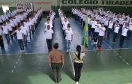 Jovens prestam compromisso à bandeira nacional e recebem certificado de reservista