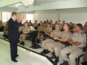 Na primeira parte da reunião, os comandantes participaram de uma palestra sobre gestão com o professor universitáRoberto