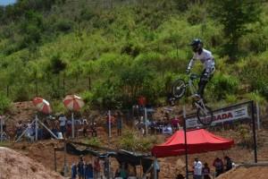 Saltos e manobras radicais fazem parte do bicicross