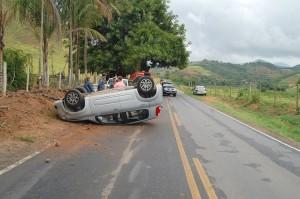Veículo parou com as rodas para cima