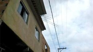 Viga pode ter encostado em fiação elétrica e descarregado cerca de 5,8 mil watts na vítima