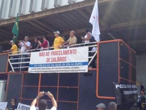 Manifestação é contra o parcelamento dos salários pelo Governo mineiro