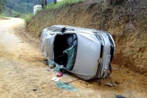 Durante a fuga, os bandidos perderam o controle da direção do carro e capotaram
