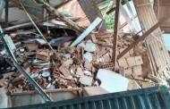 Barranco derruba casa e pai consegue salvar família