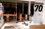 Rapaz quebra vitrine de uma loja em Manhuaçu para furtar sapatos