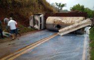 Caminhão tanque carregado com leite tomba em Ipanema