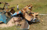 Caminhão carregado de areia perde freio e capota em Alto Caparaó
