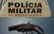 Crime é evitado pela polícia e arma e infratores são apreendidos