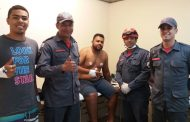 O resgate dos operários Douglas e Pablo Bombeiros socorrem trabalhadores que desmaiaram durante limpeza de caixas d'água