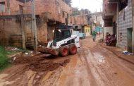Funcionários da Obras e do SAMAL realizam força tarefa no bairro Santa Terezinha