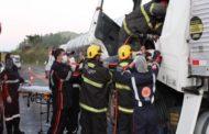 Acidente entre carreta e caminhão deixa motorista ferido na BR-116