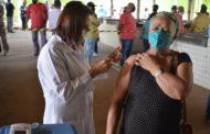 Idosos de 62 e 63 anos recebem vacina contra Covid-19 em Manhuaçu